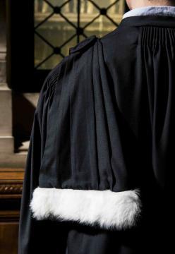 Epitoge d'avocat avec fourrure